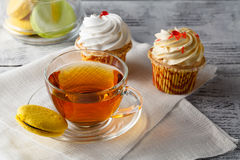 Macarons variopinti francesi con la tazza di caffè nero Piacere dolce Fotografia Stock Libera da Diritti