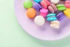 Macarons variopinti o bello dolce del dessert dei maccheroni da mangiare Fotografia Stock Libera da Diritti