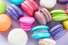 Macarons variopinti o bello dolce del dessert dei maccheroni da mangiare Fotografie Stock