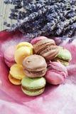Macarons variopinti sul panno e sulla lavanda Fotografie Stock Libere da Diritti