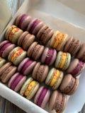 Macarons variopinti in una scatola Vista superiore casalingo fotografia stock