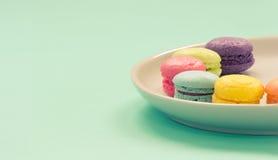 Macarons variopinto sul piatto fotografia stock libera da diritti