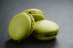 Macarons verde intenso sul fondo dell'ardesia Fotografia Stock