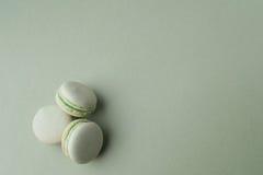 Macarons verts sur le fond vert Image stock