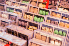 Macarons w pudełkach Obrazy Stock