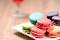 Macarons w talerzu na drewno stole Zdjęcie Stock