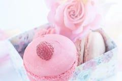 Macarons z malinkami, marshmallows na tle piękne kwiat róże Deserowy zakończenie Fotografia Royalty Free