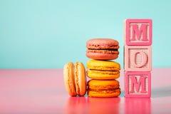 Macarons z mamy wiadomością na drewnianych blokach Zdjęcia Stock