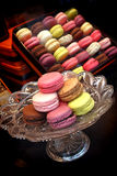 Macaroon επίδειξη κέικ στο κατάστημα μπισκότων και μπισκότων Στοκ Εικόνα