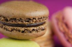 Macaroon σοκολάτας στο ρόδινο τραπεζομάντιλο γιούτας Στοκ φωτογραφία με δικαίωμα ελεύθερης χρήσης