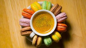 Macaroon τα μπισκότα και το φλυτζάνι καφέ περιστρέφονται φιλμ μικρού μήκους
