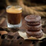 Macaroon τριών σοκολάτας με τον καφέ στοκ φωτογραφία με δικαίωμα ελεύθερης χρήσης