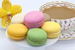 Macaroon ciastka przy herbacianym czasem. obrazy royalty free