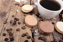 Macaroons και καφές Στοκ Εικόνες