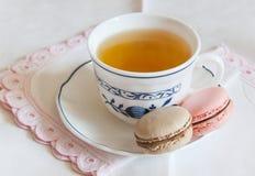 Macaroons με το τσάι Στοκ Φωτογραφίες