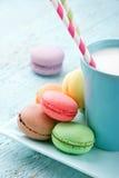 Macaroons χρώματος κρητιδογραφιών και ένα φλυτζάνι του γάλακτος Στοκ εικόνες με δικαίωμα ελεύθερης χρήσης