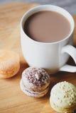 Macaroons и какао Стоковые Изображения RF