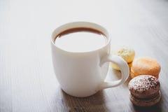 Macaroons и какао Стоковые Фотографии RF