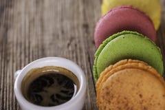 Macaroons и кофе на старой деревянной винтажной предпосылке Стоковые Фото