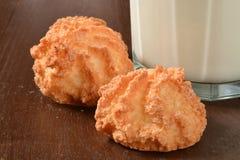 Macaroons и молоко кокоса Стоковые Изображения RF