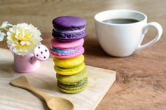 Macaroons и чашка кофе на деревянном столе Стоковые Фото