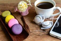 Macaroons и чашка кофе с мобильным телефоном на деревянном столе Стоковое Изображение