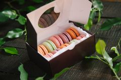 macaroons коробки цветастые Стоковые Фотографии RF