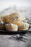 Macaroons мумии на хеллоуин Стоковые Изображения RF