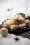 Macaroons мумии на хеллоуин Стоковые Изображения