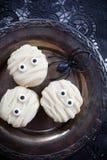 Macaroons мумии на хеллоуин Стоковое фото RF