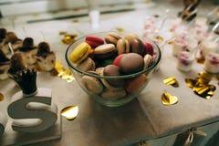 Macaroons на сладостной таблице Стоковое фото RF