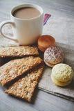 Macaroons, печенья и какао Стоковое Изображение RF