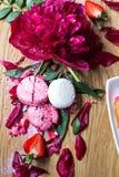Macaroons пинк и белизна стоковые изображения rf