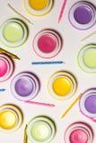 Macaroons формируют сладостные бальзамы, свечи дня рождения, белую предпосылку, косметическое фото Стоковые Изображения