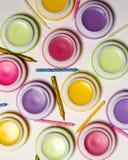 Macaroons формируют сладостные бальзамы, свечи дня рождения, белую предпосылку, косметическое фото Стоковые Фотографии RF
