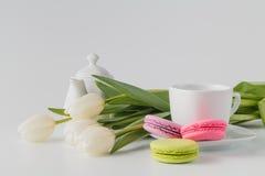 3 macaroons, чашка кофе и тюльпана белых цветков Стоковое Изображение