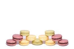 Macaroons coloridos pirâmide de macarons do doce dos bolinhos de amêndoa Isolado no fundo branco uma pirâmide dos bolinhos de amê Imagens de Stock