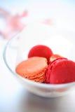 Macaroons cor-de-rosa na bacia de vidro Fotografia de Stock