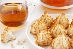Macaroons do chá e de coco foto de stock royalty free