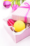 Macaroons em uma caixa de presente cor-de-rosa Fotografia de Stock