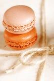 Macaroons festivos na caixa do presente do presente Imagem de Stock