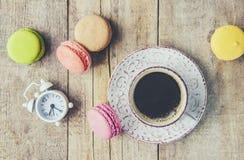 Macaroons i kawa śniadanie Obrazy Royalty Free