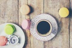 Macaroons i kawa śniadanie Obrazy Stock