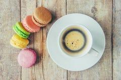 Macaroons i kawa śniadanie Zdjęcia Royalty Free