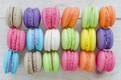 Macaroons kolorowi na drewnianym tle Zdjęcie Stock