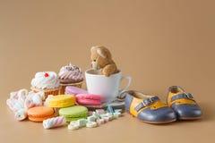 Macaroons, marshmallows, cakepops, αντέχουν το παιχνίδι και άλλα γλυκά επάνω Στοκ Φωτογραφίες