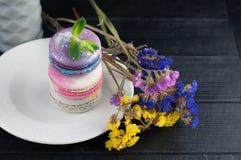 Macaroons z kwiatami Zamyka w górę macaroons Zdjęcia Stock
