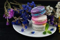 Macaroons z kwiatami Zamyka w górę macaroons Obrazy Royalty Free