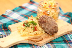 Macarrão com salada da costoleta e de couve Imagens de Stock Royalty Free