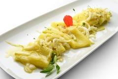 Macarrão de Paccheri do prato da massa com cebola e calamar 1 Imagem de Stock Royalty Free